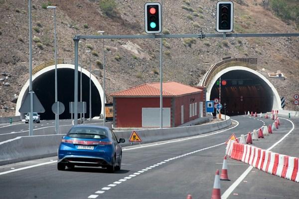 El tramo Sur del anillo insular se completará en julio con la apertura del resto del trazado hasta Adeje. / FRAN PALLERO