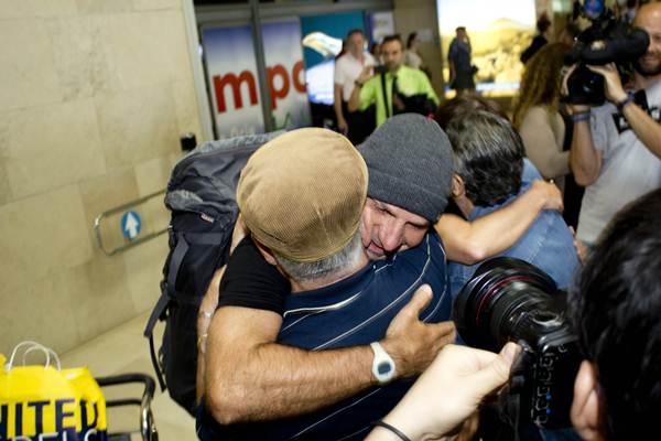 Los bomberos tinerfeños Reyes de Miguel y Víctor Hernández a su llegada a Los Rodeos. | FRAN PALLERO