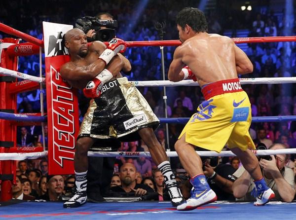 Mayweather, agazapado ante la presión de Pacquiao. / REUTERS