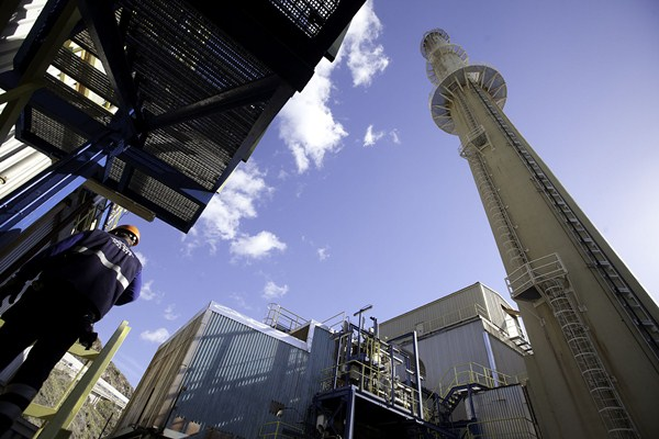 La central térmica de Las Caletillas tiene el aval de certificaciones internacionales. / DA