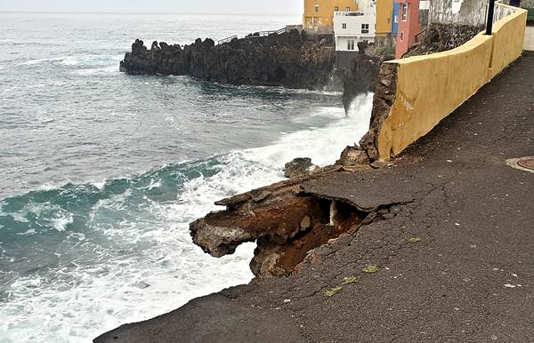 La alcaldesa señala que la situación en la calle Tegueste, en Punta Brava, es estable dentro de la gravedad. | DA
