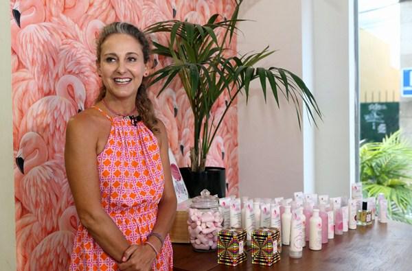 La emprendedora presentó su línea de productos de agua de rosas en Tenerife. / DA