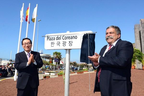 Lee Jum Soo y Pedro Rodríguez Zaragoza, ayer, en la inauguración. / S. M.