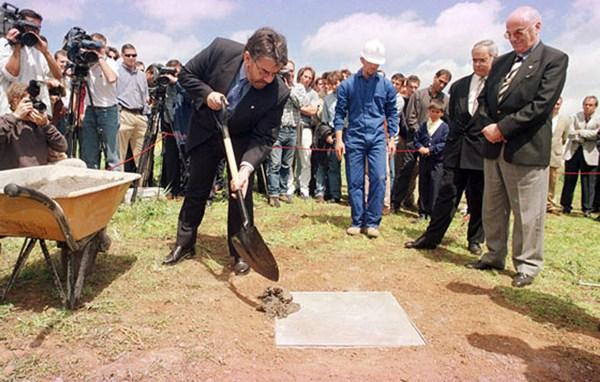 Pérez, en el momento de colocar la primera piedra de la Ciudad Deportiva, en marzo de 1999 / ACAN