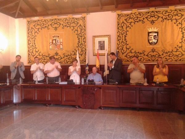 El Grupo Socialista, secretaria e interventor aplauden a Macario Benítez al final del pleno. / DA
