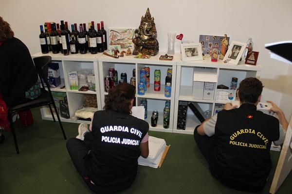 Agentes de la Guardia Civil durante el registro. | DA