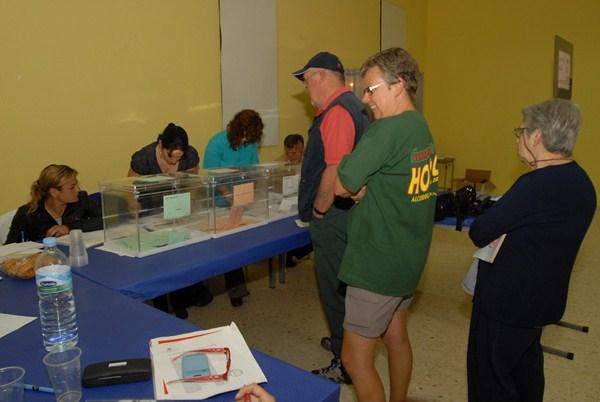 Votantes ante una mesa electoral en las elecciones locales y autonómicas de 2011. / DA