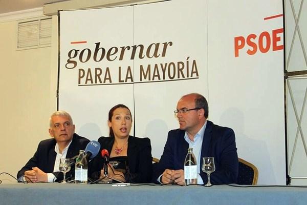 La candidata a la Presidencia del Gobierno, con Anselmo Pestana y Manuel Marcos. / DA