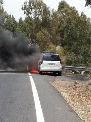 Patrulla de la Guardia Civil ardiendo. | DA