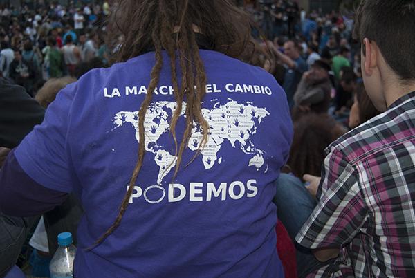 Miles de personas se reunieron en la plaza del Museo Reina Sofía y en la Cuesta Moyano para celebrar los resultados electorales de Ahora Madrid. / KE