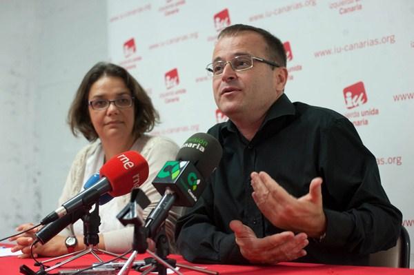 Luisa Tamayo y Ramón Trujillo, ayer, en rueda de prensa en Santa Cruz para valorar los resultados de IUC. / F. P.