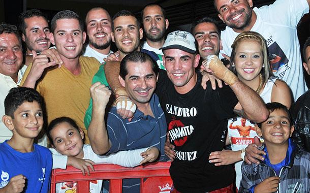 Sandro, con un grupo de sus seguidores, tras su triunfo frente a Michael Carrero. / DA