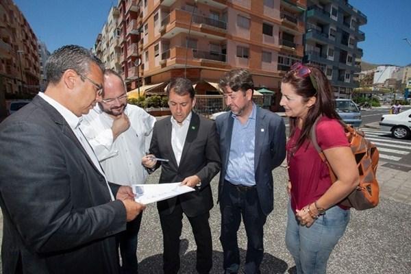 Bermúdez y Alonso, junto a los técnicos. / TONY CUADRADO
