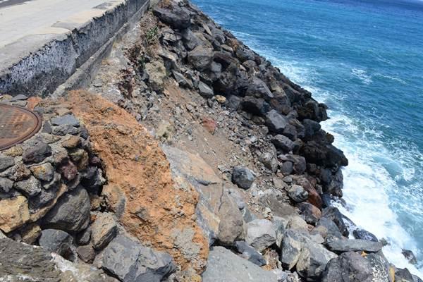 Si el mar golpea en la zona desprotegida, peligra todo el talud. / S. M.