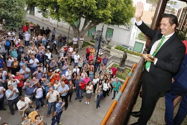 José Julián Mena, ya alcalde, agradece a los vecinos el apoyo recibido. / DANIEL CETRULO
