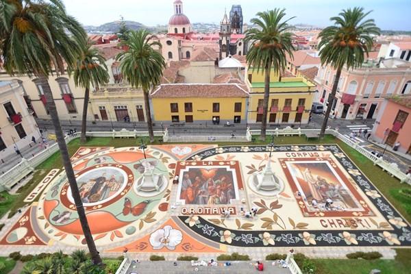 El tapiz central está dedicado a la familia y, a diferencia de años anteriores, su estructura no es simétrica sino con diferentes formas. / SERGIO MÉNDEZ