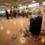 La basura se acumula alrededor de las papeleras, dando una imagen lamentable del aeropuerto. / F. PALLERO