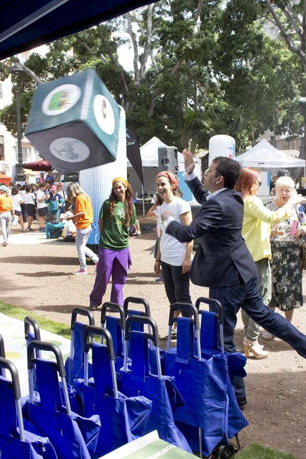 Bermúdez, ayer, jugando a los dados en la plaza del Príncipe. / S. C.