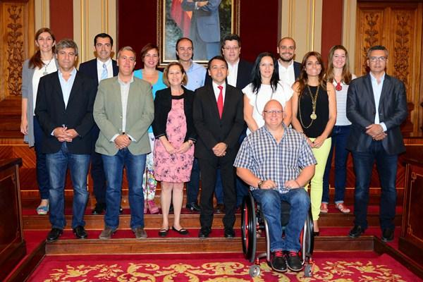 El nuevo equipo de gobierno del Ayuntamiento de Santa Cruz de Tenerife al completo. /  S. MÉNDEZ