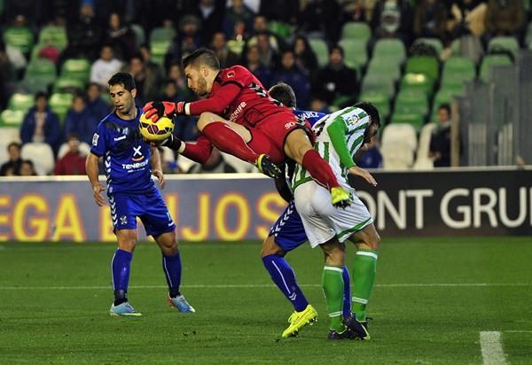 El meta tinerfeño, en acción esta temporada en el Benito Villamarín ante el Betis. / KIKO HURTADO