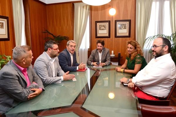 Nacionalistas y socialistas se sentaron ayer a la mesa para avanzar en el reparto de áreas. / SERGIO MÉNDEZ