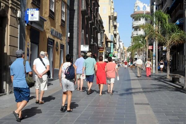 Turistas en Santa Cruz de Tenerife. / SERGIO MÉNDEZ