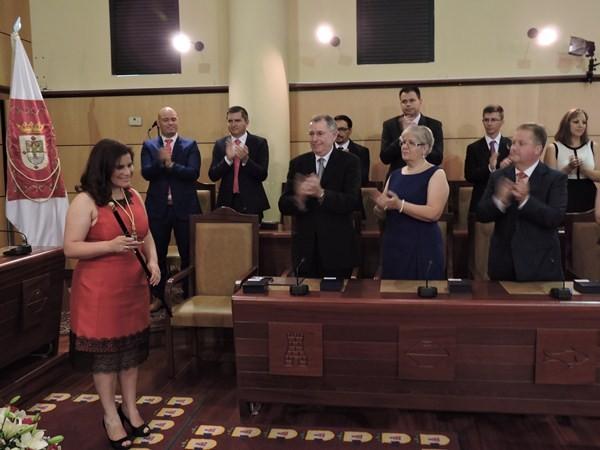 Mari Brito, con el bastón de mando, recibe el aplauso del que ya es su grupo de gobierno. / NORCHI