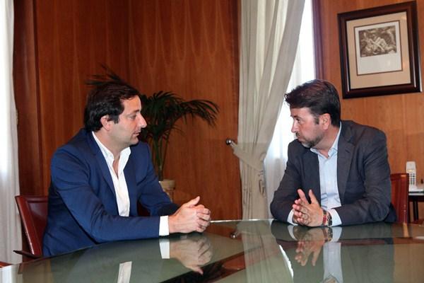Nicolás Hernández, junto a Carlos Alonso, en su encuentro de ayer en el Palacio insular. / DA