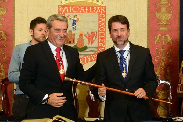 Aurelio Abreu entregó a Carlos Alonso el bastón de mando de la Institución insular. / SERGIO MÉNDEZ