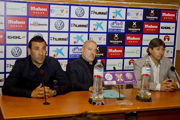 El presidente blanquiazul escoltó al entrenador y al secretario técnico en rueda de prensa. / SOFÍA CABRERA