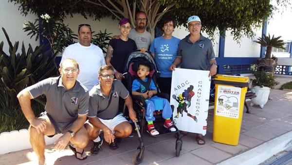 Miembros de la ABDC Chanvergas, junto al pequeño Joel, antes de viajar el lunes a Navarra. / DA