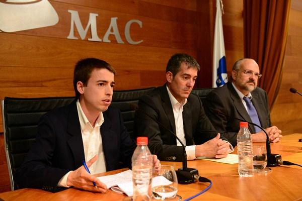 Clavijo, con el autor de la tesis doctoral sobre CC, Alberto Báez, y su editor, Francisco Pomares. / SERGIO MÉNDEZ