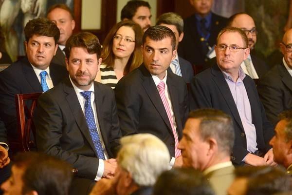 Carlos Alonso y Manuel Domínguez, durante el acto de toma de posesión, el pasado viernes.   S. MÉNDEZ