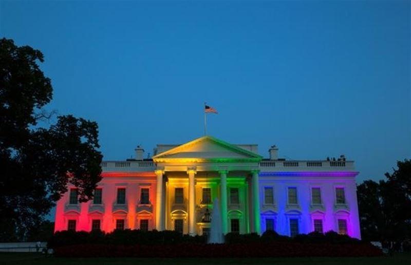 La Casa Blanca se ha iluminado en la noche de este viernes con los colores de la bandera arcoiris, símbolo del 'orgullo gay'.   REUTERS