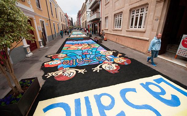 Cientos de personas participaron ayer en la elaboración de los tradicionales tapices en Aguere. / FRAN PALLERO