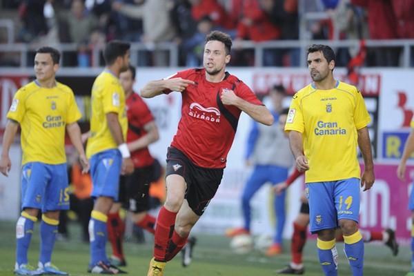 Pedro Martín celebra uno de los dos tantos que le marcó a Las Palmas esta temporada. / LINO GONZÁLEZ