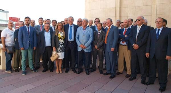 Posado de toda la cúpula empresarial de la Isla de Tenerife, ayer, en la sede de la Cámara de Comercio. / JOSÉ LUIS PÉREZ