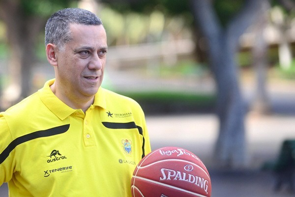 Alejandro Martínez Plasencia, entrenador  del Iberostar Tenerife. / SERGIO MÉNDEZ
