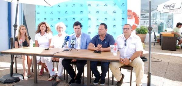 El alcalde, acompañado de los organizadores, presentó las jornadas sobre la delfinidad. | DA