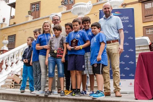 El equipo alevín de la Ciudad del Drago, tras recibir su premio de los responsables de CajaCanarias.   A. R.
