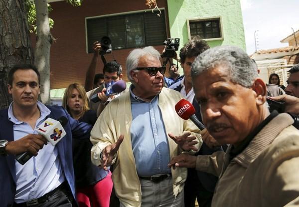 El expresidente del Gobierno español Felipe González, durante una rueda de prensa en Caracas. / REUTERS
