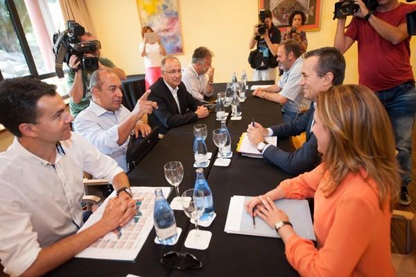 Mesa negociadora entre PSOE y CC. / FRAN PALLERO