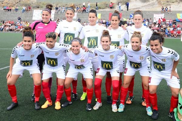 Formación del Granadilla Tenerife Sur McDonald's, que hoy puede ascender a la máxima categoría del fútbol femenino. / SERGIO MÉNDEZ