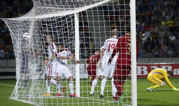 Acción en la que el canario David Silva anota el único gol del partido de ayer en Bielorrusia. / REUTERS