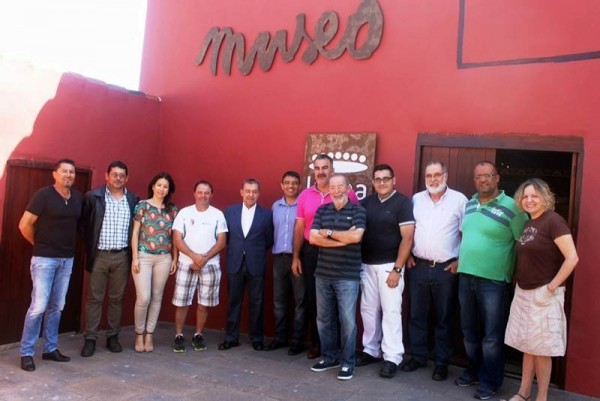 Foto de familia del acto de reconocimiento al presidente del Gobierno de Canarias en funciones en la Casa Museo de El Sauzal. | DA