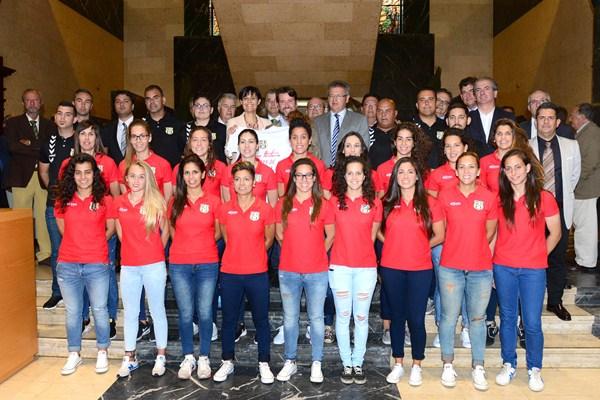 Foto las jugadoras, cuerpo técnico, directivos, patrocinadores y políticos ayer en el Cabildo. / SERGIO MÉNDEZ