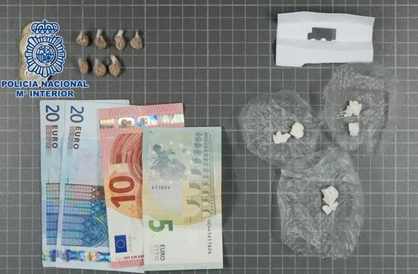 Imagen de la heroína y crack intervenidos por la Policía. | DA