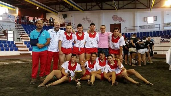 Los luchadores y técnicos del conjunto palmero posan tras conquistar el campeonato. / DA