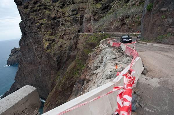 La carretera de Punta de Teno fue cerrada al tráfico en septiembre de 2013 por el elevado índice de peligrosidad. | FRAN PALLERO