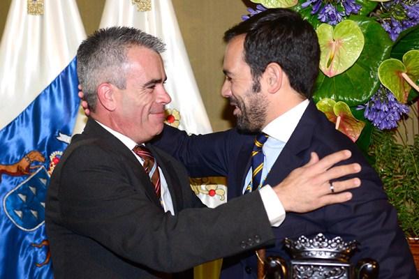 Juan Carlos Marrero y Lope Afonso se saludan tras tomar posesión este último como alcalde. / SERGIO MÉNDEZ